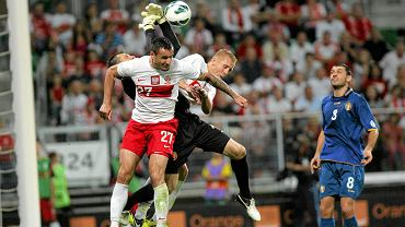 Marcin Wasilewski i Kamil Glik podczas powietrznego pojedynku z mołdawskim bramkarzem. Mecz Polska - Mołdawia (2:0) rozegrany 11 września 2012.