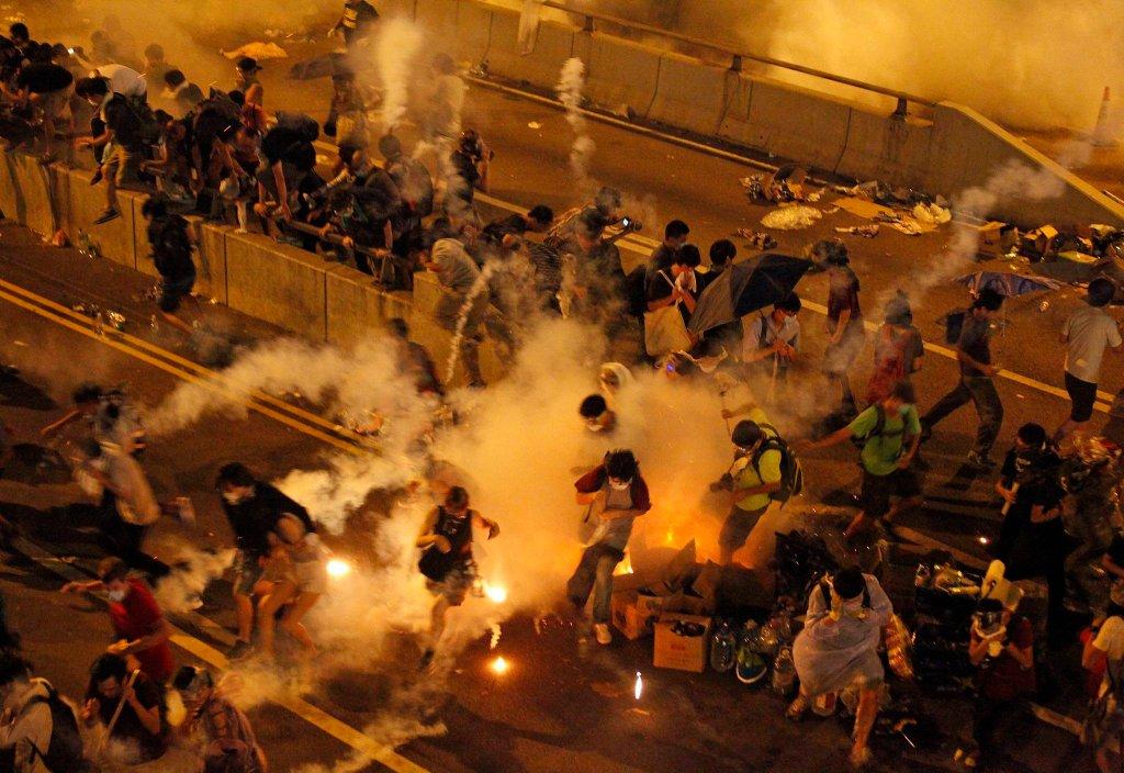 Pałki i gaz łzawiący - w ten sposób policja w Hongkongu po raz kolejny próbowała spacyfikować wzbierające od kilku dni protesty