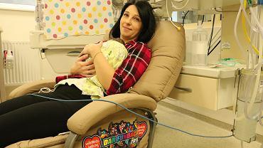 Pani Marta z dzieckiem w nowym fotelu do kangurowania