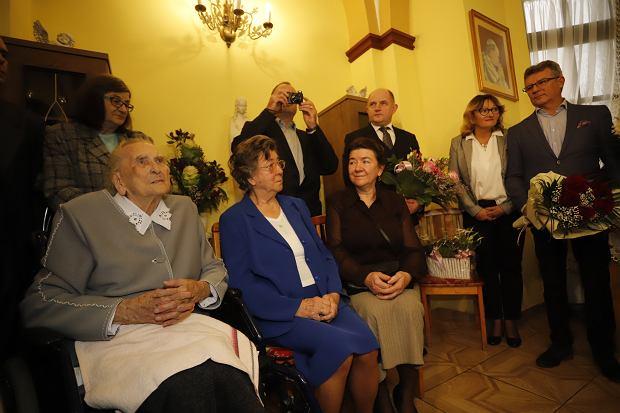 Zdjęcie numer 9 w galerii - Elżbieta Rogala kończy 108 lat, życzenia i kwiaty od marszałka [ZDJĘCIA]