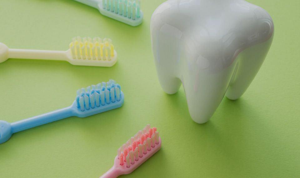 Jakie szczoteczki wybrać do nadwrażliwych zębów?