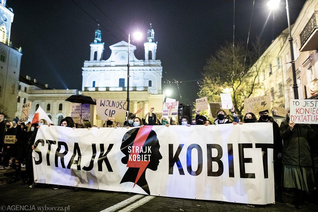28.10.2020 Lublin . Protest kobiet po ogłoszeniu wyroku Trybunału Konstytucyjnego zaostrzającego prawo aborcyjne .