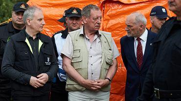 Minister środowiska Jan Szyszko, wojewoda pomorski Dariusz Drelich oraz szef MON Antoni Macierewicz podczas wizytacji w sztabie polowym po nawałnicy, która przeszła nad powiatem chojnickim w 2017 roku