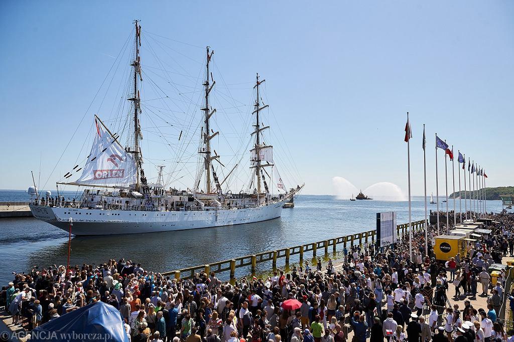 Rejs Niepodległości 'Dar Młodzieży' wypływa z Gdyni