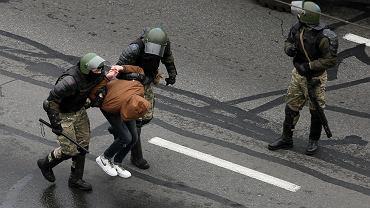 Reżim Łukaszenki zdaje sobie sprawę, że tradycyjny wachlarz represji już nie wystarczy. Dlatego morderstwa i tortury stały się obowiązkowym atrybutem nowej białoruskiej rzeczywistości. Na zdjęciu: służby specjalne zatrzymują jednego z demonstrantów, Mińsk, 15 listopada 2020 r.