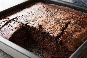 Ciasto czekoladowe na kefirze - proste i szybkie [DWA PRZEPISY]