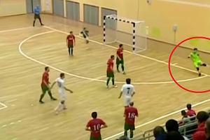 Nieprawdopodobny gol w futsalu. Jak on to zrobił?! [WIDEO]