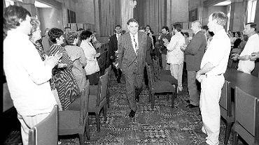 Premier Jan Olszewski na sali obrad Urzędu Rady Ministrów, 6 maja 1992 r.