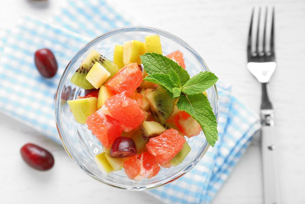 Sałatka owocowa stanowi pole do popisu dla inwencji kucharza - można mieszać ze sobą ulubione owoce, próbować nowych połączeń, stawiać na niecodzienne dodatki, np. jogurt, miód czy alkohol