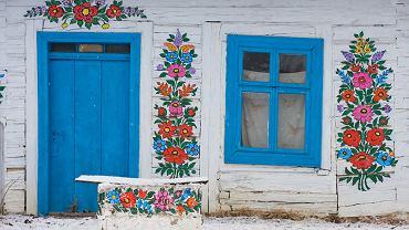 Odkrywamy uroki południowej Polski. Polska Południowa, Zalipie. Zalipie to najbardziej niezwykła wieś Małopolski. Ta nieduża osada w północnej części województwa słynie z malowanych domów. W Zalipiu niemal wszystkie gospodarstwa - od naczyń kuchennych, pieców i ścian aż po studnie i płoty - zdobią motywy kwiatowe. Zwyczaj malowania wziął się z tradycji wiosennego odświeżania chat. Dziś motywacją ku jego kontynuowaniu jest doroczny konkurs 'Malowana Chata', w którym za najpiękniej umalowany dom można wygrać nagrody. Najpopularniejszą gospodą we wsi jest zagroda Felicji Curyłowej (obecnie muzeum).