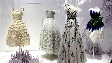Suknie z motywami kwiatowymi. Po lewej słynny projekt Christiana Diora inspirowany konwaliami