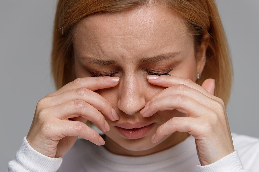 Szybki i prosty trik na spuchnięte oczy. Potrzebny ci będzie tylko jeden przedmiot, który na pewno masz w domu [WIDEO]