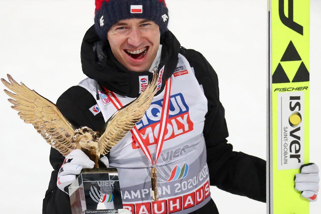 Kamil Stoch ze statuetką za zwycięstwo w Turnieju Czterech Skoczni