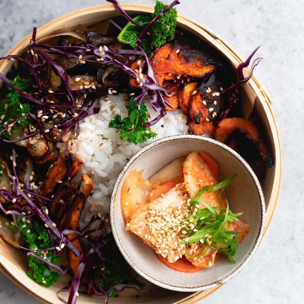Zimowy bowl z pieczonymi warzywami i kimchi