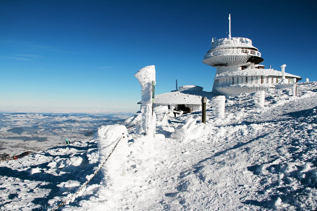 Silny wiatr w górach. Wejście na szczyt Śnieżki zostało zamknięte (zdjęcie ilustracyjne)