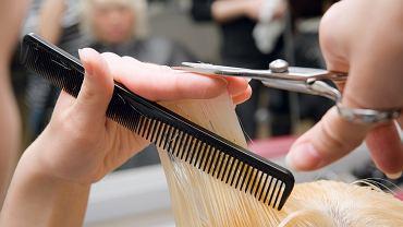 Fryzury po 50. roku życia zdjęcia. Te cięcia oraz kolory są modne i optycznie odmładzają (zdjęcie ilustracyjne)