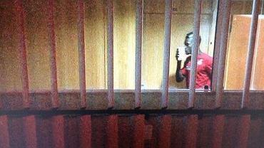John Boye całuje pieniądze przesłane przez ghańskich urzędników