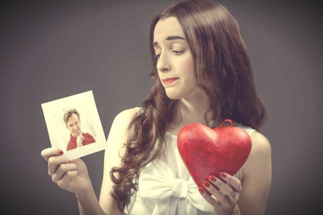 Przechodzenie z jednego związku wprost w drugi po rozstaniu to ryzykowna psychologicznie strategia. Dlaczego?
