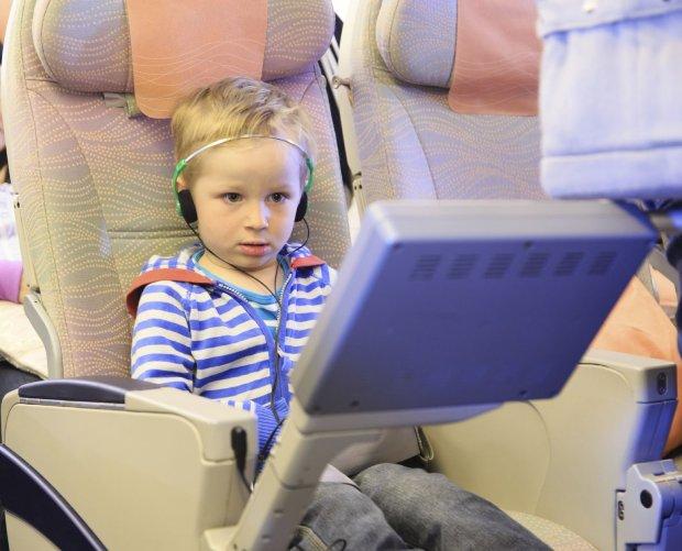 Wiele linii lotniczych oferuje pasażerom szeroki wybór filmów - dzieciom na pewno to się spodoba.