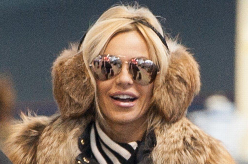 Doda w poniedziałek poleciała na Fashion Week do Paryżu. Na lotnisku spotkał ją paparazzo, choć nie było to specjalnie trudne - wokalistka zadbała o to, by nie przejść niezauważoną. Ubrana w futerko i w skórę od stóp do głów niewątpliwie zwracała na siebie uwagę. Jednak jej strój nie wszystkim się spodobał. Zdaniem fanów, Doda wraca do swojego dawnego,