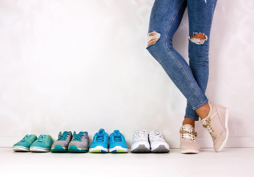 Sneakersy damskie występują w wielu fasonach i kolorach. Zdjęcie ilustracyjne, Violanda/shutterstock.com