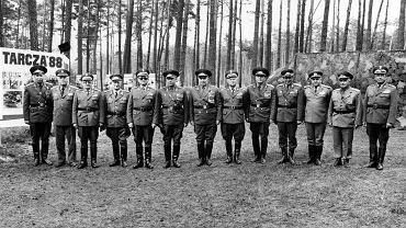 Wojskowi z ministerstw obrony państw Układu Warszawskiego podczas manewrów Tarcza 88 na poligonie w Drawsku Pomorskim w 1988 r. Na zdjęciu m.in. wyżsi oficerowie radzieccy: marsz. Nikołaj Ogarkow (pierwszy z lewej), gen. armii Dmitrij Jazow (szósty od lewej), marsz. Wiktor Kulikow (siódmy od lewej) i gen. armii Anatolij Gribkow (ósmy od lewej). Jeszcze kilka lat wcześniej mogli zagrozić rządzącej Polską ekipie Wojciecha Jaruzelskiego (piąty od lewej), ale w 1988 r., gdy w ZSRR trwała pierestrojka, możliwość ingerencji nie była już tak duża. Pierwszy od prawej szef polskiego MSW gen. Czesław Kiszczak, trzeci z lewej szef MON gen. Florian Siwicki, a ósmy od lewej gen. Józef Baryła, którego jeszcze w 1988 r. Jaruzelski usunął z kierownictwa partii.