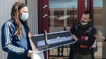 Zielona fala Trójmiasto składa pismo do wojewody w sprawie planu zagospodarowania przestrzennego w Brzeźnie. Na zdjęciu: Michał Błaut i Roger Jackowski