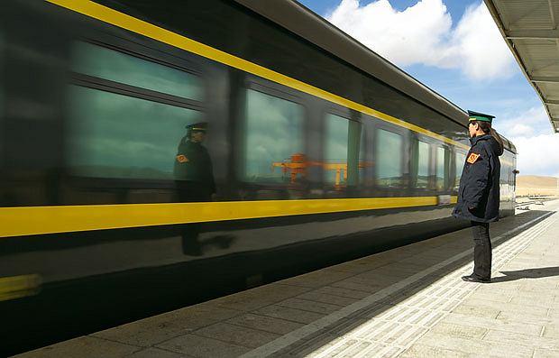 Podróż pociągiem z Pekinu do Tybetu, azja, podróże, Pociąg do Lhasy rusza z peronu w Golmudzie