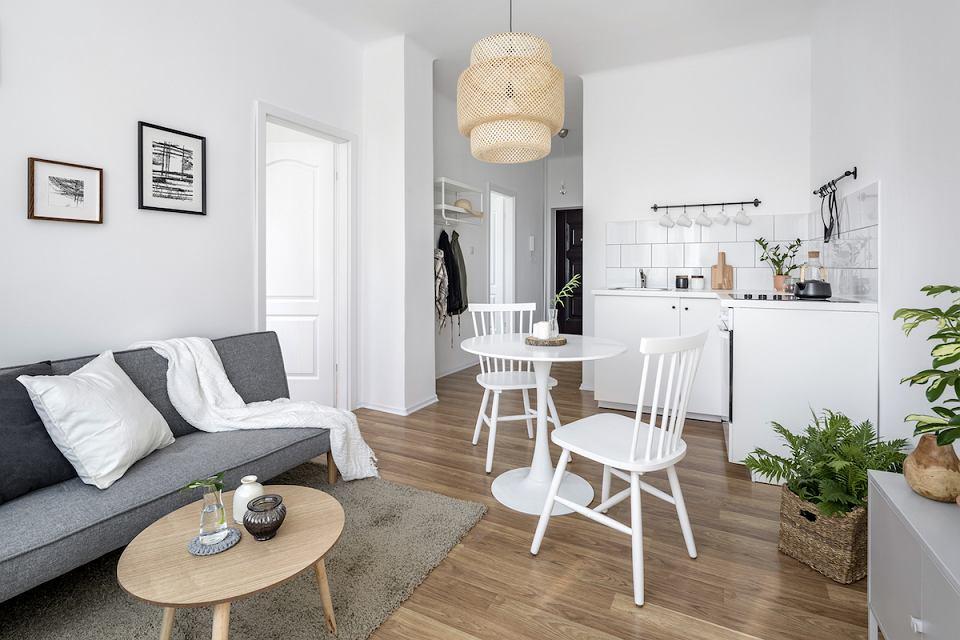 Salon z jadalnią w niewielkim mieszkaniu.