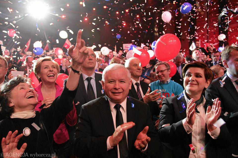 Prezes Jarosław Kaczyński i podówczas przyszła, dziś już była - premier rządu PiS Beata Szydło podczas konwencji wyborczej Andrzeja Dudy. Warszawa, 7 luty 2015