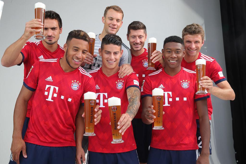 Robert Lewandowski w tradycyjnym bawarskim stroju pije piwo z kolegami z drużyny