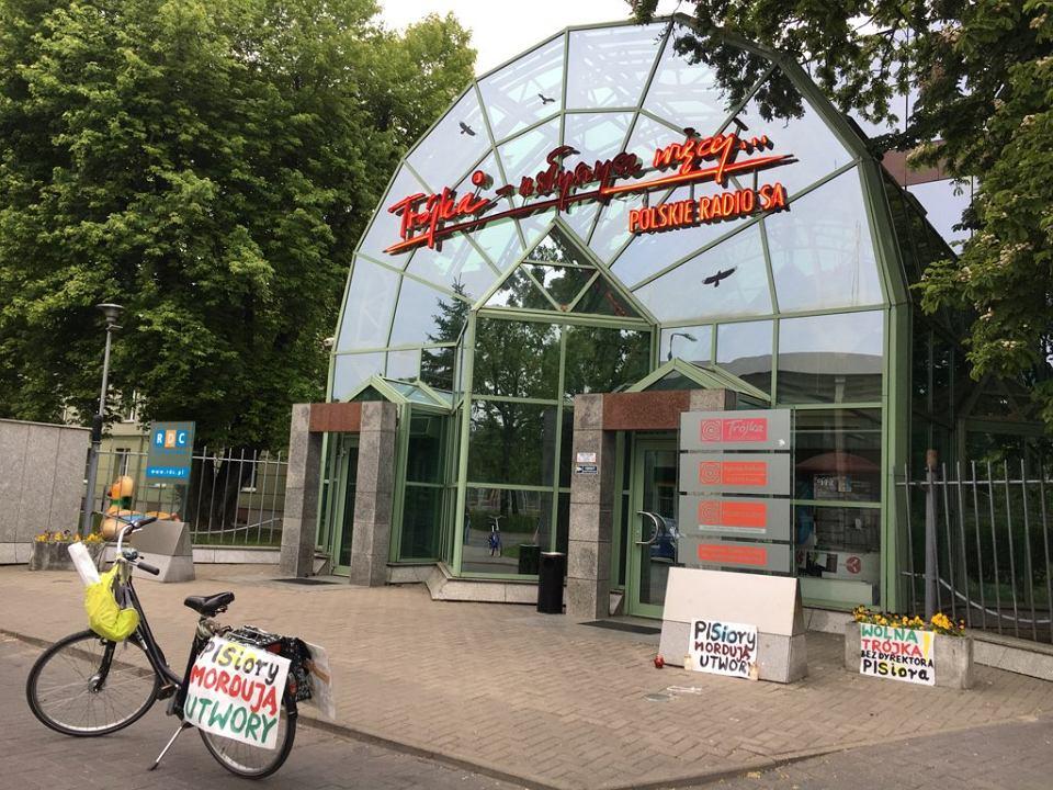 Rower z plakatem wrócił pod siedzibę radiowej 'Trójki'