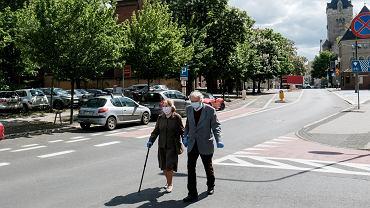 Poznań, seniorzy w maskach. Do kiedy noszenie maseczek będzie obowiązkowe?