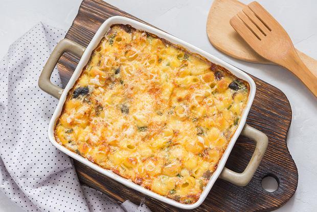 Jak zrobić zapiekankę makaronową? Szybki i bardzo łatwy przepis na danie dla całej rodziny