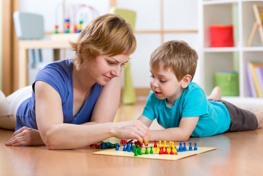 Dziś matki spędzają z dziećmi ok. 104 minut dziennie.