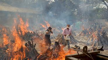 Indie. Stosy pogrzebowe zmarłych na COVID-19 w krematorium na obrzeżach New Delhi.