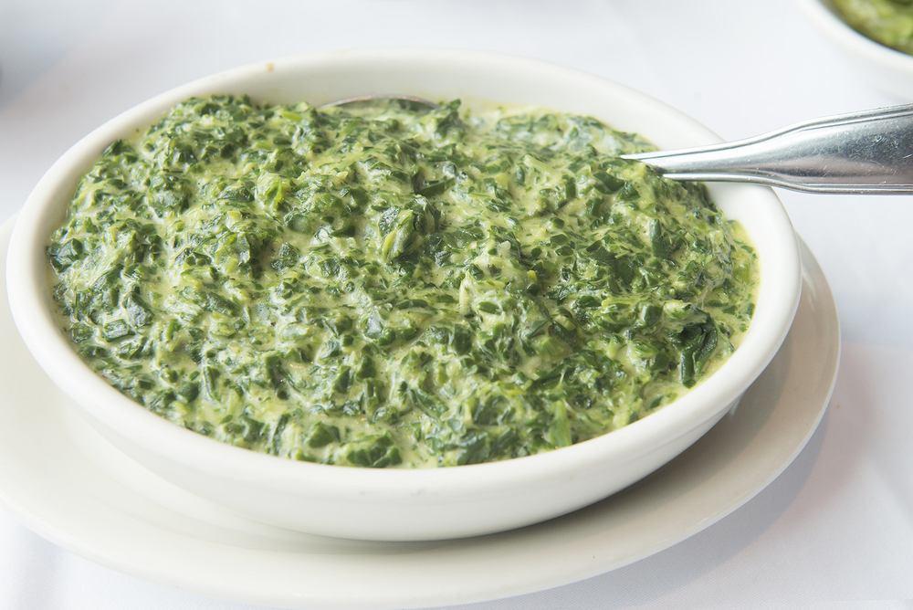Sos szpinakowy do makaronu możemy przyrządzić zarówno z dodatkiem mięsa, jak i w wersji wegetariańskiej