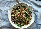 Sałatka z ryżu z ciecierzycą i bakaliami, źródło białka i energii