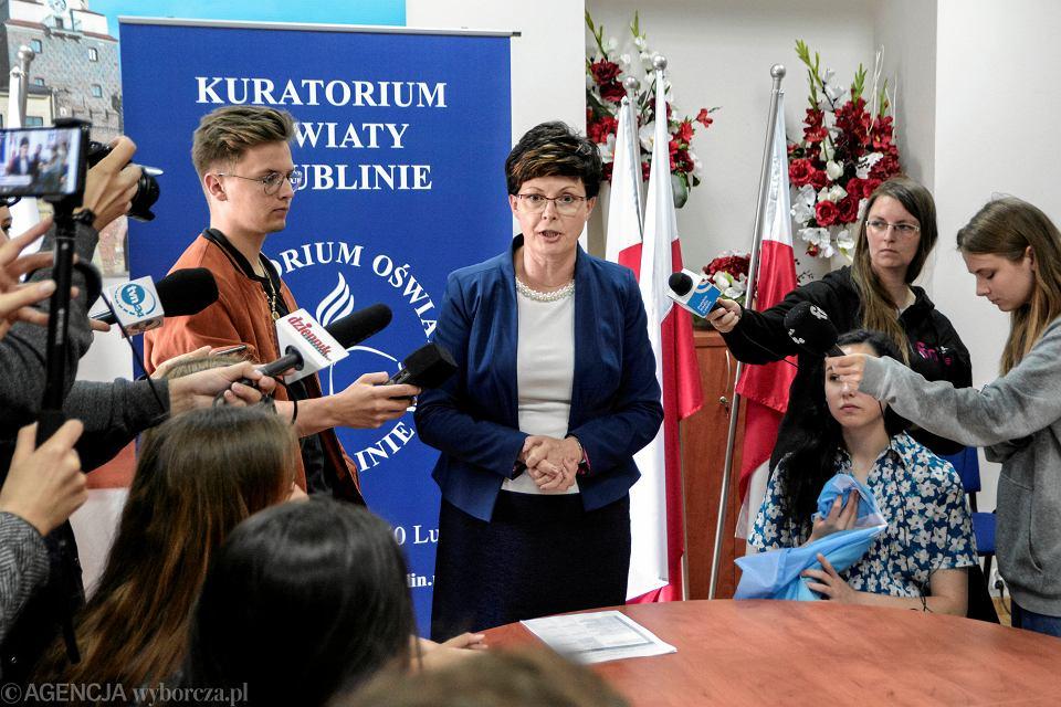 8.07.2019, Lublin, wizyta uczniów z podwójnego rocznika u lubelskiej kurator oświaty Teresy Misiuk (na zdjęciu w środku)