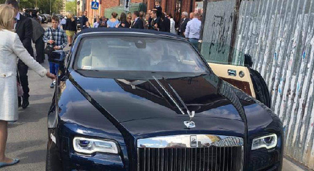 Komunia w Warszawie i luksusowe auto dla dziecka pod kościołem