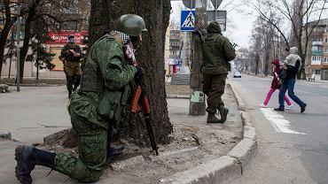 Prorosyjscy rebelianci podczas ćwiczeń antyterrorystycznych na ulicach Doniecka