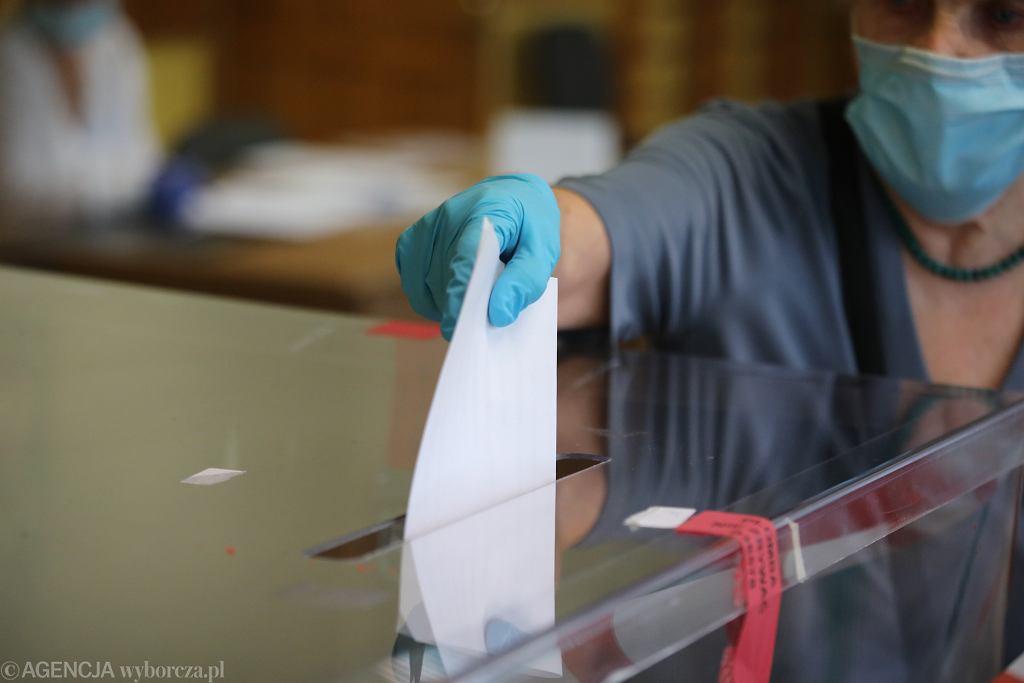 28.06.2020, Warszawa, pierwsza tura wyborów prezydenckich, głosowanie w Obwodowej Komisji nr 371