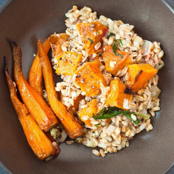 Pieczone warzywa z risotto orkiszowym i cynamonowe bułki idealne na chłody