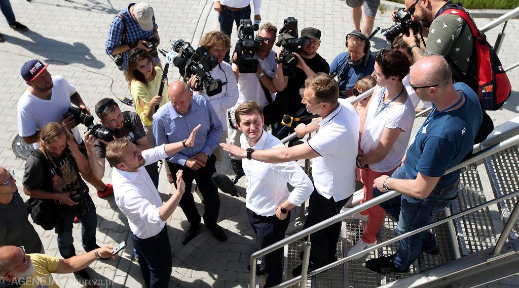 2.07.2020, Warszawa, oczyszczalnia 'Czajka', poseł Sławomir Nitras blokuje posłowi Sebastianowi Kalecie wejście na konferencję prasową Rafała Trzaskowskiego.