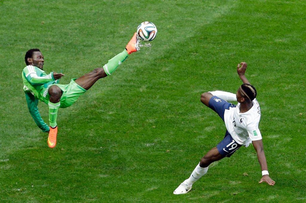 Juwon Oshaniw i Paul Pogba w meczu Francja - Nigeria