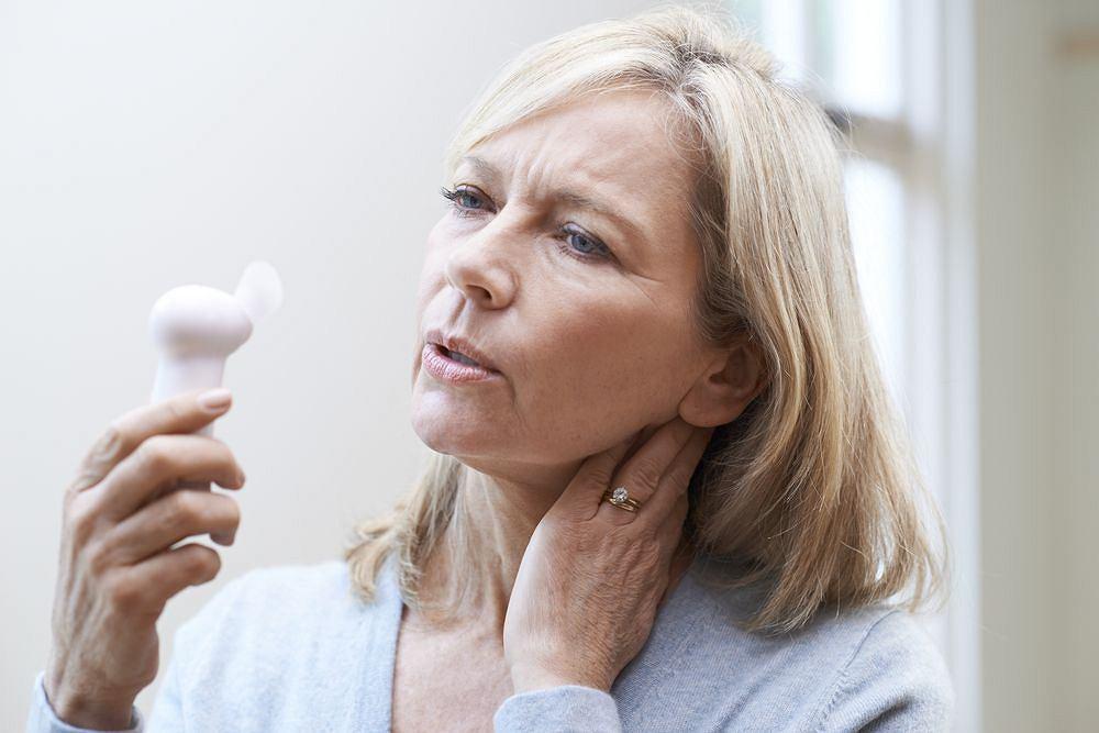 Menopauza, w związku ze zmianami hormonalnymi, może powodować uderzenia gorąca, ale nie musisz się męczyć