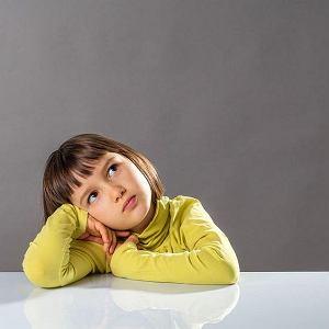 Moja czteroletnia córka stroni od dzieci. Nie reaguje, gdy ktoś zabiera jej zabawki