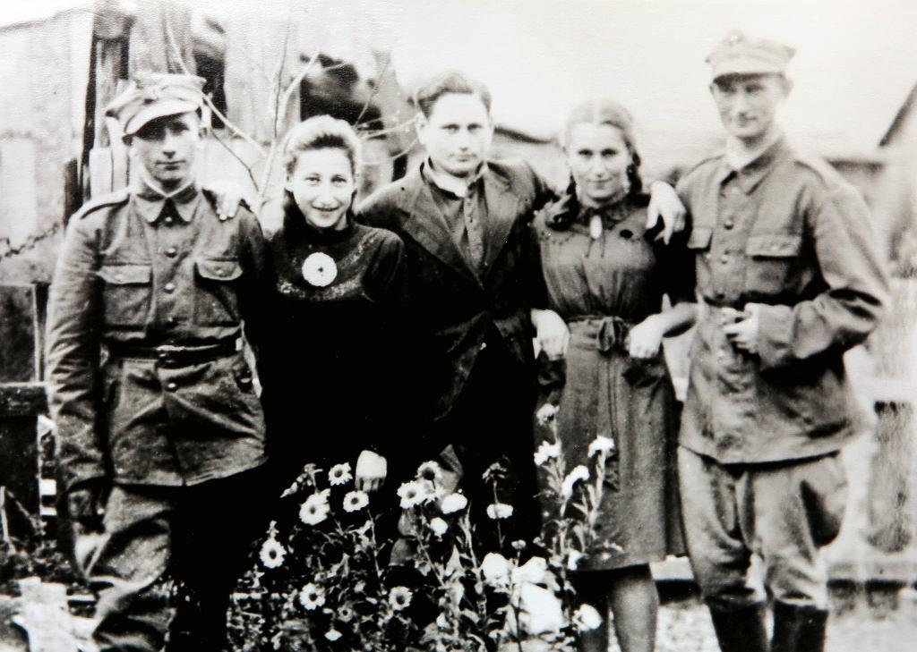 1944 rok, Łosice, Noach Lasman stoi pierwszy z prawej
