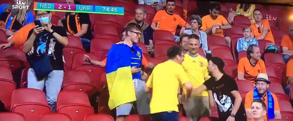 Holenderski kibic gratuluje fanowi z Ukrainy
