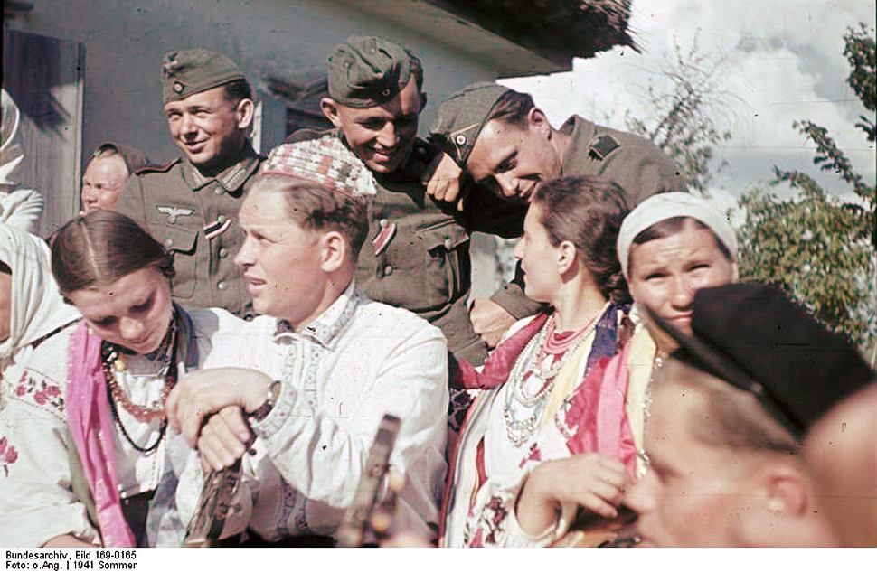 Niemieccy żołnierze wśród ukraińskich chłopów, okolice Połtawy, późne lato 1941 r.